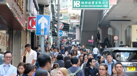 protesto : People walking on crowded street in Soho district, Hong Kong