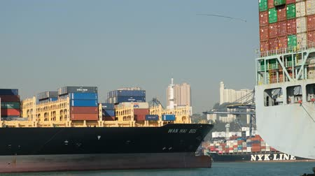 estaleiro : Freight boats and container ships on Victoria Harbor near Kwai Chung Cargo T Vídeos