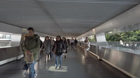 você : Hyperlapse of business people walking on pedestrian bridge in Central district, Hong Kong