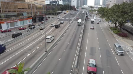 binnenstad : Car, bus and taxi traffic on inner city highway in HongKong business district Stockvideo
