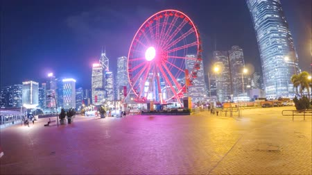 centrální čtvrť : Ferris Wheel and skyscrpaer city at night in business district of Hong Kong Dostupné videozáznamy