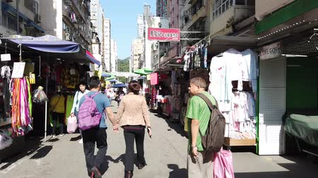 kola : Hyper lapse of people walking on Fa Yuen street market in Hong Kong, Mongkok Stok Video