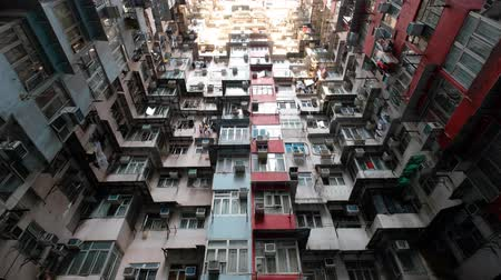 Colorida fachada del edificio en Hong Kong, Quarry Bay (también conocido como Monster Building)