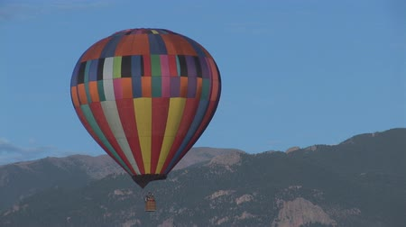 sıcak : Hot air balloon with Pikes Peak in the background