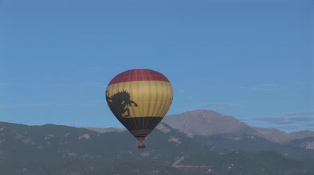 montanhas rochosas : Hot air balloon with Pikes Peak in the background  Stock Footage