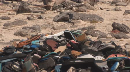 klapki : Washed up heap of shoes at ocean