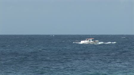 рыболовство : Small boat on ocean