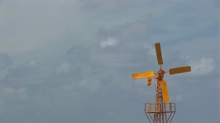moinho de vento : Yellow windmill Stock Footage