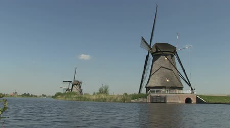 наследие : Dutch windmills near Kinderdijk, The Netherlands Стоковые видеозаписи