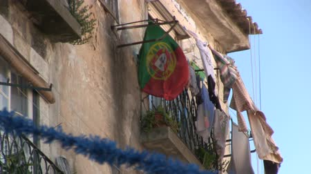 europa : Portuguese flag and laundry from a balcony in Lisbon, Portugal Wideo