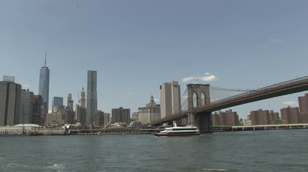 pieniądze : Brooklyn Bridge as seen from a ferry Wideo