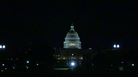 kongres : Driving at night past the US Capitol in Washington, DC
