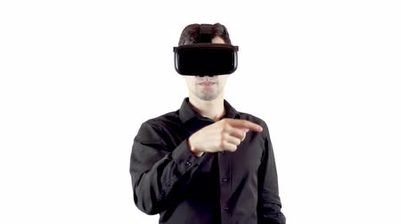 alcançando : Man wearing virtual reality goggles. Studio video, white background