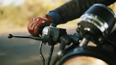 couro : Closeup view of a mans hand in brown leather mitts starting the engine. Slowmotion shot Vídeos