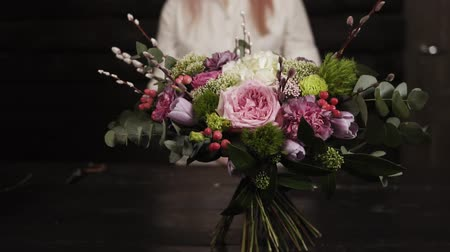 szegfű : A survey slow-motion footage of an amazing bouquet of flowers arranged by a florist. Blurred background