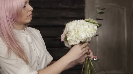 ortanca : Talented, pretty florist collects a composition of beautiful, fancy flowers. Beggining. Slow motion Stok Video