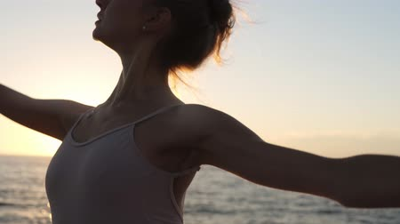 tüt : Close up of energetic ballet dancer practicing outdoors. Practicing classic ballet elements. Seaside. Morning sun on the background. Accelerated footage Stok Video