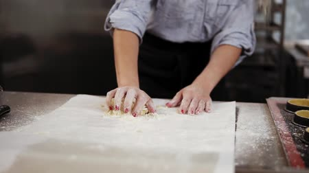 pasta maken : Young woman knead dough at modern kitchen, homemade bakery making. Female confectioner preparing pie, cookies or cake at home. Culinary classes, pastry cooking, homemade cuisine concept