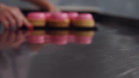 envidraçado : Blurred motion footage and shallow focus of beautiful modern glazed desserts. Pink mirror glaze, decorating with golden sprinkles on tartle. Indoors Vídeos