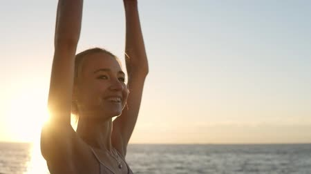 milost : Attractive, smiling ballet dancer exercising and practicing outdoors with the morning sunrise on the background. Slender girl does pirouette Dostupné videozáznamy