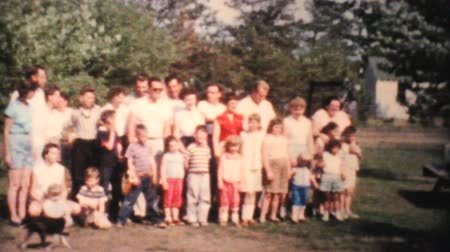 ailelerin : A family attempts to take a large family photo at the big summer family reunion in 1959.