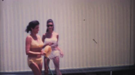 filha : A mother and daughter enjoy cooling off and playing in a sprinkler while on holidays in tropical Florida in the summer of 1969. Vídeos
