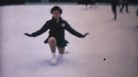 konkurenční : PHILADELPHIA, PENNSYLVANIA, DECEMBER 1962: A teenage girl enjoys practicing leaping and jumping while figure skating at the Penn Center ice rink in downtown Philadelphia in December 1962.
