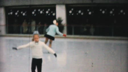 konkurenční : PHILADELPHIA, PENNSYLVANIA, DECEMBER 1962: Young girls enjoy figure skating at the Penn Center ice rink in downtown Philadelphia in December 1962. Dostupné videozáznamy