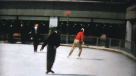 konkurenční : Families and individuals enjoy figure skating at the Penn Center ice rink in downtown Philadelphia in December 1962.