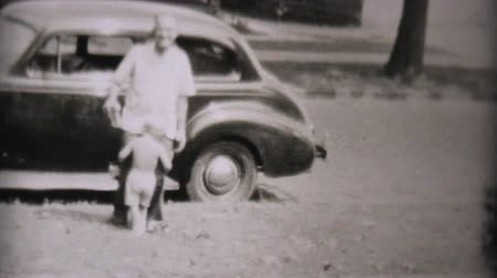 abraços : Families getting out of various classic old family cars in the summer of 1957. Vídeos