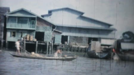 тропический : Classic footage of traveling the rivers and canals by long tail boat in Bangkok, Thailand in 1958. Стоковые видеозаписи