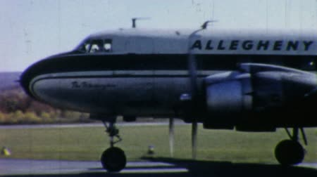 samoloty : An old Allegheny Airlines Airplane prepares for take off in Pennsylvania in 1958. Wideo