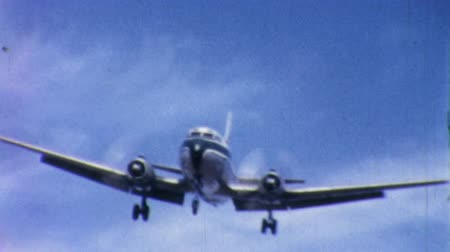 ranvej : An old airplane comes in for a smooth landing in Pennsylvania in 1958. Dostupné videozáznamy