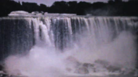 vybírání : A beautiful collection of clips showcasing the majestic Niagara Falls in the summer of 1940.