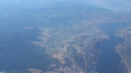 aventura : An aerial view of the city of Kelowna and Lake Okanagan flying over head. Vídeos