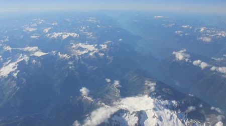 montanhas rochosas : An aerial view of the Canadian Rocky Mountains flying en route to Vancouver, BC. Stock Footage
