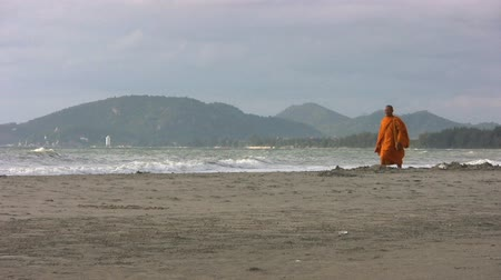 szerzetes : A Buddhist monk walks down a lovely beach in Hua Hin, Thailand.