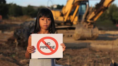 ralli : A young First Nations girl proactively demonstrates against the proposed oil pipeline running through her province in Canada. Stok Video