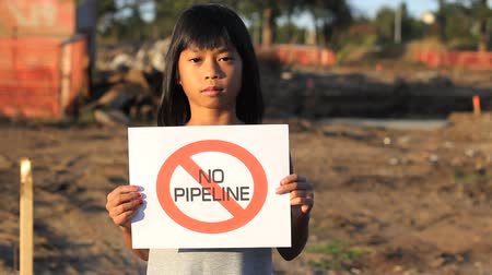 küçük kız : A young First Nations girl proactively demonstrates against the proposed oil pipeline running through her province in Canada. Stok Video