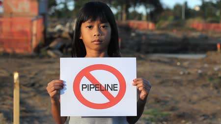 consciência : A young First Nations girl proactively demonstrates against the proposed oil pipeline running through her province in Canada. Stock Footage
