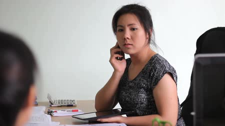 efektivní : An attractive Asian female young adult office manager efficiently runs her office in Bangkok, Thailand. Dostupné videozáznamy