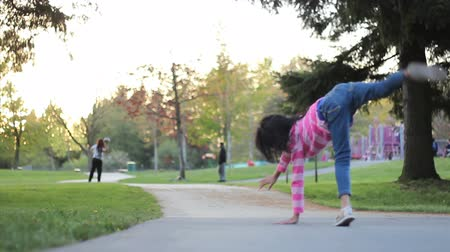 piada : A cute Asian 8 year old girl does cartwheels at the playground on a beautiful summer day. Vídeos