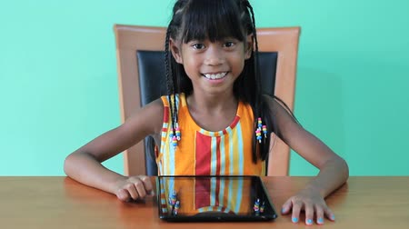tajlandia : A cute seven year old Asian girl is excited to use her new digital tablet. Wideo