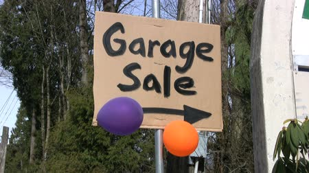 értékesítés : A home-made Garage Sale sign done with a black marker complete with a colorful balloons.
