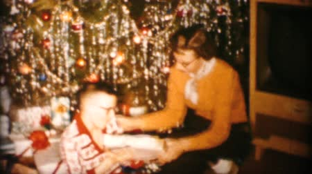 związek : A family enjoys spending time together, opening gifts and celebrating Christmas in Akron, Ohio in 1963.