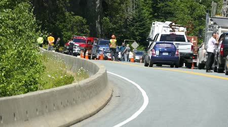 marmeláda : A serious motorcycle accident occurs on the Sea to Sky Highway on the way to Whistler and police and paramedics fight to save the bikers life while pedestrians patiently wait.