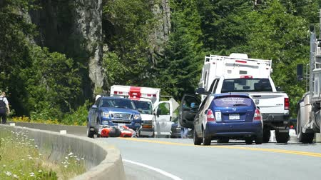 motorkerékpár : A serious motorcycle accident occurs on the Sea to Sky Highway on the way to Whistler and police and paramedics fight to save the bikers life while pedestrians patiently wait.