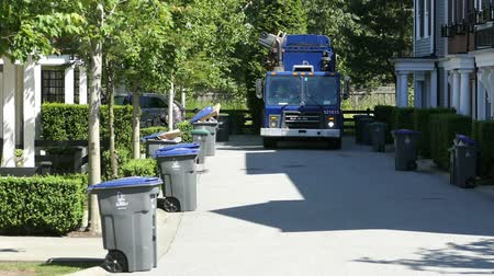 kolektor : A new modern garbage truck comes to collect the trash in a suburban townhouse community. Dostupné videozáznamy