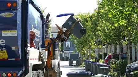 příjezdová cesta : A new modern garbage truck comes to collect the trash in a suburban townhouse community. Dostupné videozáznamy