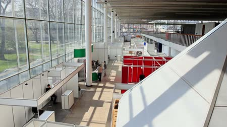 výstava : Minsk. Belarus. April 22-25. Exhibition water and heat. Time-lapse photography, pickup trucks, construction of pavilions. Visitors at the show, a lot of people. Dostupné videozáznamy